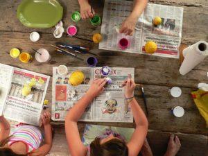 Niños usando en una dinamica las mejores manualidades para un animador sociocultural